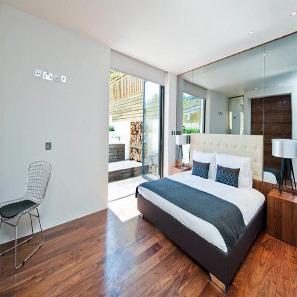 اتاق خواب مدرن با دیوار آینه دار
